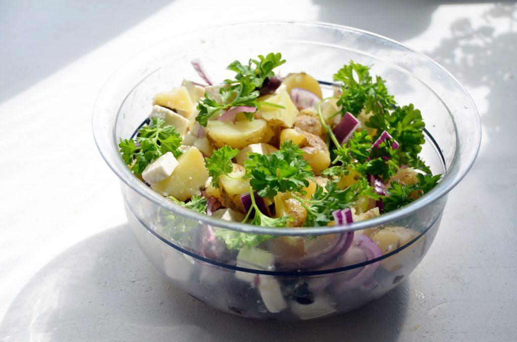 sałatka ze śledzia i ziemniaków w wersji z fetą