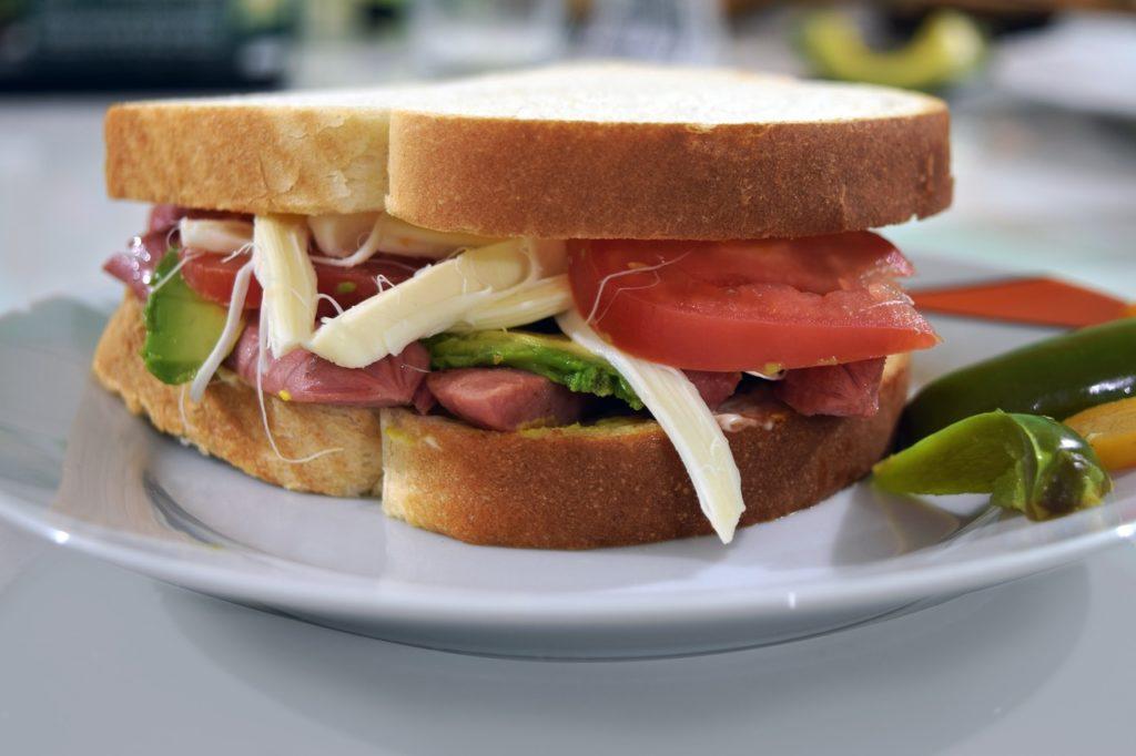 Co zrobić na kolację? Na przykład tak pyszną kanapkę!