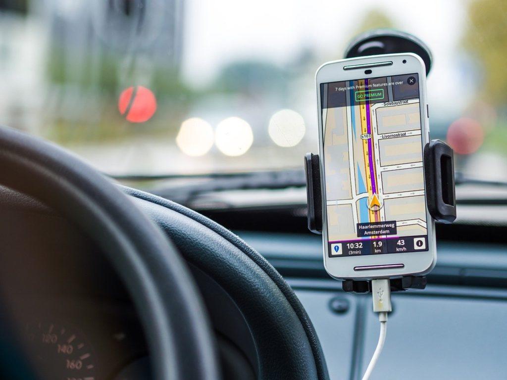 co zrobić ze starym smartfonem - użyj go jako nawigacji